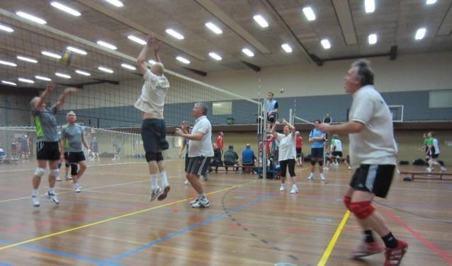 Recreatieve volleyballers in actie.