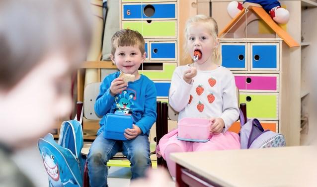 Bruine boterhammen, fruit en blije gezichten tijdens het 'tien-uurtje' op de Franciscusschool in Ede