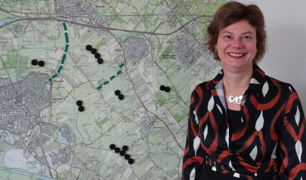 Wethouder Erika Spil (P21) bij de kaart met locaties: de zwarte cirkels staan voor het maximum aantal windmolens