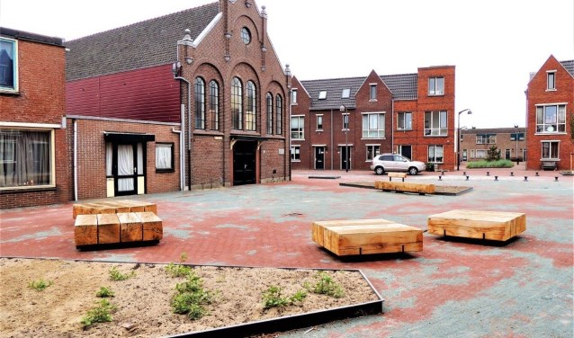 Ook het opnieuw ingerichte pleintje voor de Doopsgezinde kerk, hoek Helmstraat in Oud-IJmuiden, is verrijkt met de speciale ´rauw-banken´.