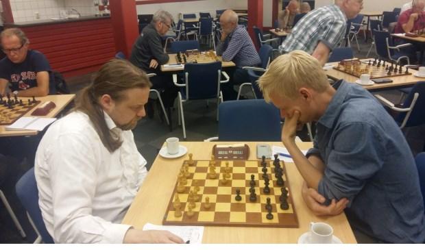 Het duel tussen Martijn Bakker (rechts) en Hotze Tette Hofstra.