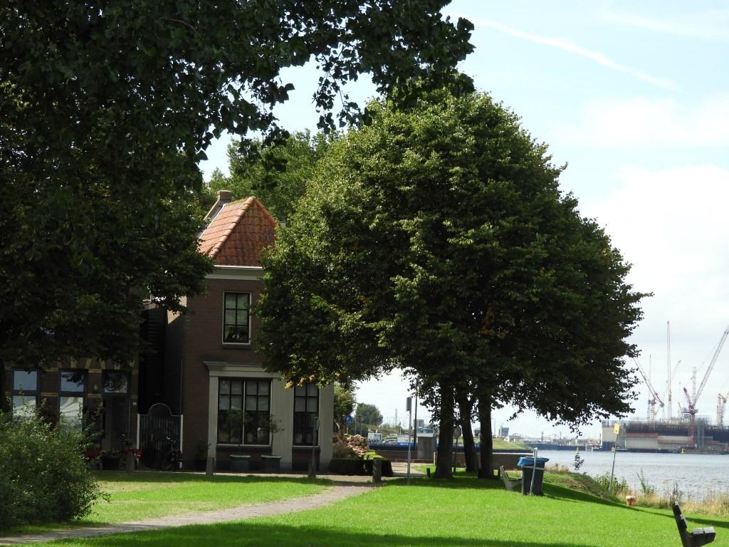 Meervlietstraat, het oude dorp grenst pal aan het Noordzeekanaal.  Willem Moojen © BDU Media
