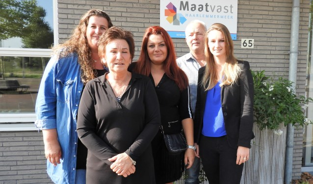 Van links af Lydia Hibbel, José van Berkel, Petra Zwetsloot, Cok van Beek en Salina Vermeij.