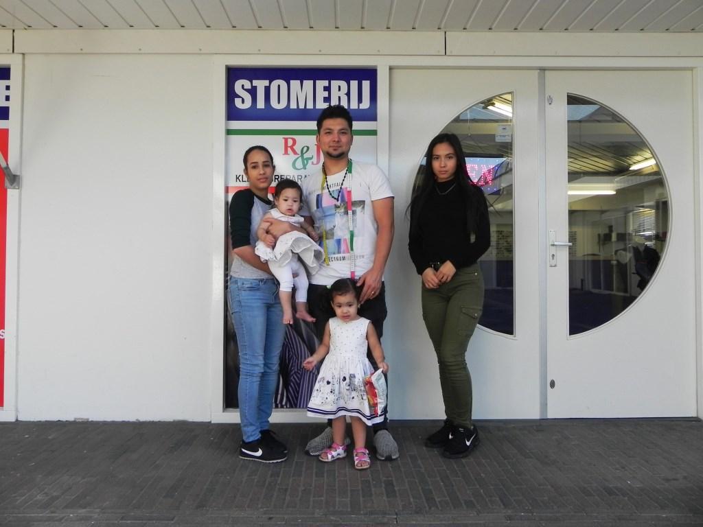 Mustafa met vrouw Eunice, dochters Angela en Jasmin. Zus Roya (r) helpt als zij vrij is ook in de winkel. Richard Thoolen © BDU media