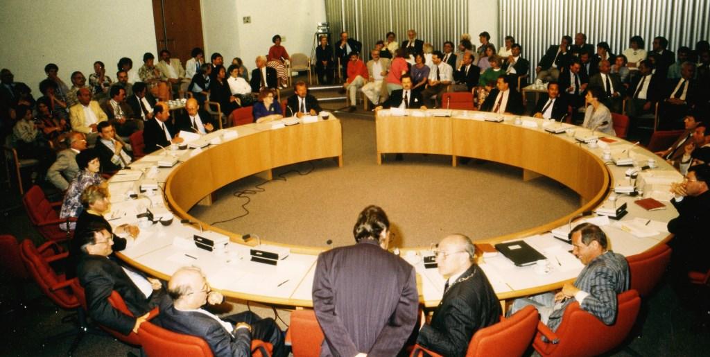 Installatie van de eerste gemeenteraad in 1990 in het huidige gemeentehuis Archief Jan Roeleveld © BDU media