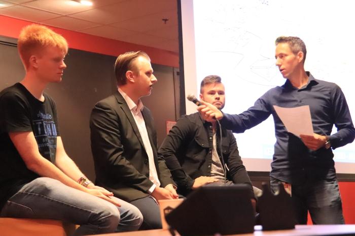 Tweedejaarsstudenten Informatica bij Inholland Haarlem beantwoorden vragen van de mbo-studenten