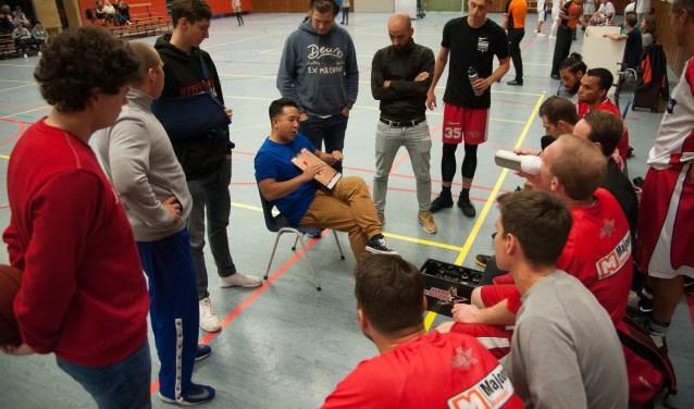 Veel spelers in burger bij het door blessures geplaagde Red Stars. Dat won desondanks van Landstede Zwolle: 71-61.