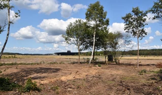 Aan de rand van de vliegbasis, bij de Batenburgweg, komt de Pleisterplaats. Op de achtergrond het Nationaal Militair Museum.