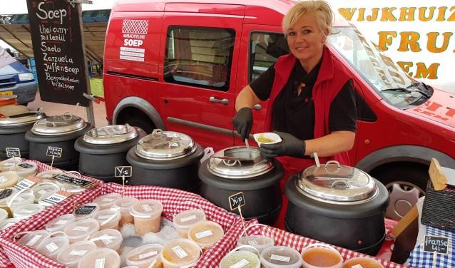 Tina Koelewijn in haar kraam met ambachtelijke soepen