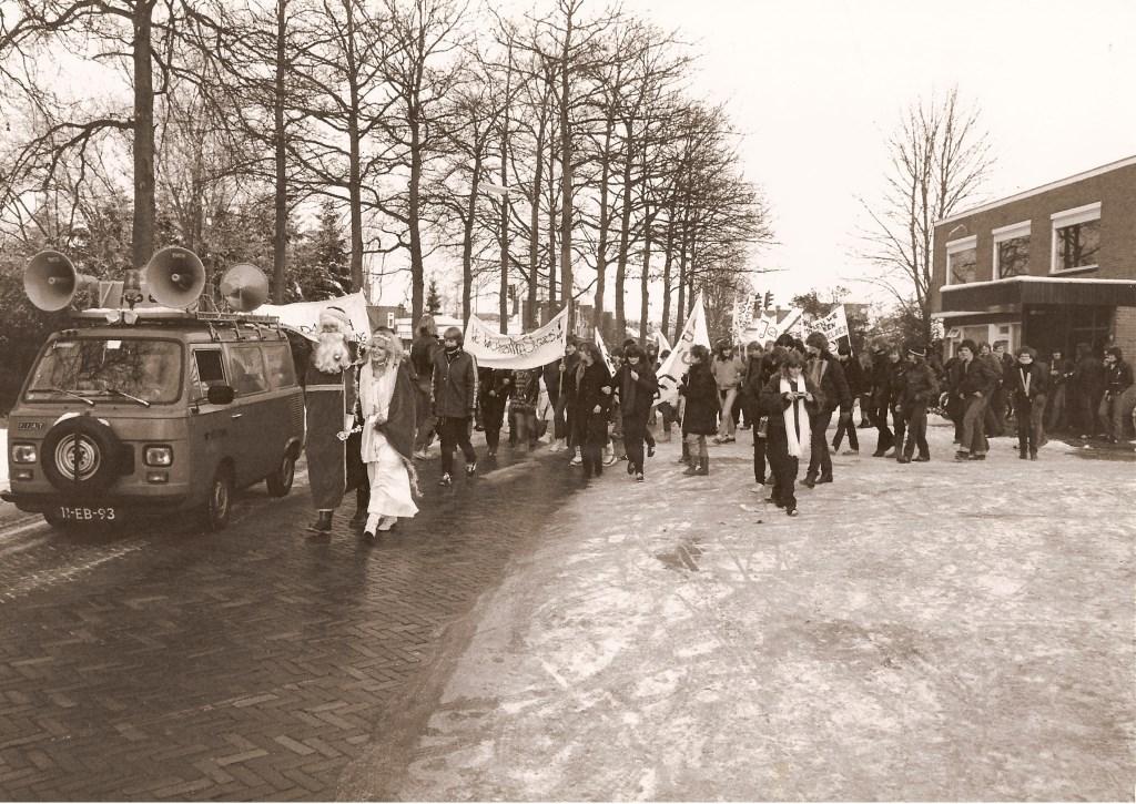 Demonstratie, Jeugdsoos. Vertrek vanaf het Verenigingsgebouw aan de Schans. 19-12-1981. BDUmedia © BDU media