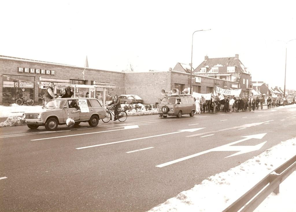 Demonstratie, Jeugdsoos op de Maarsbergseweg ter hoogte van Garage Honders. 19-12-1981. BDUmedia © BDU media