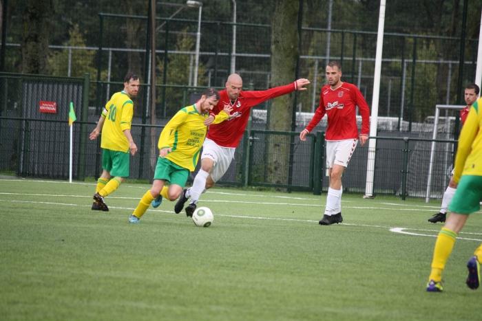 AURORA speler Chris van der Lingen in duel om de bal met Utrechtse spits.