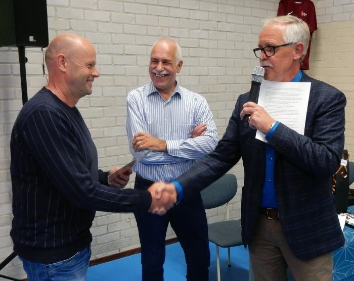 Gerard Rutting en Gert Dijkhorst feliciteren André Appeldoorn.