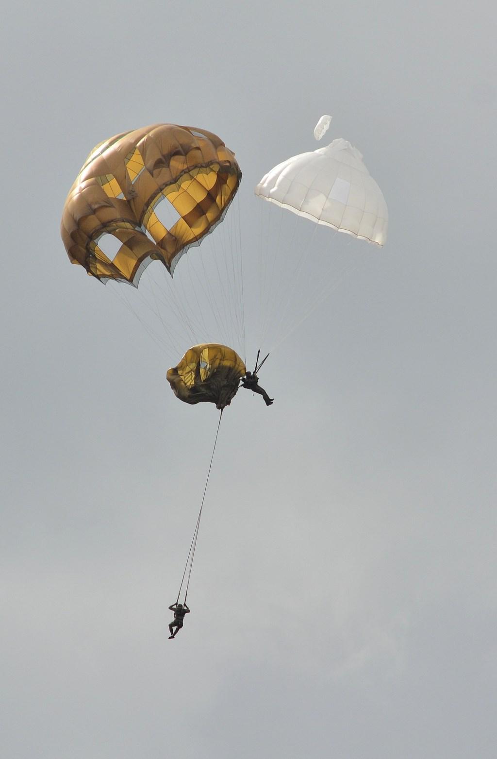 met elkaar in de knel...de noodparachute brengt redding Gerwin van Luttikhuizen © BDU Media