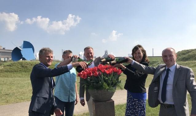 Burgemeester Smit, Jos Beentjes, burgemeesters Dales en Baltus en Mark Denys, in Rolandsduin met Tata en Zee van Staal als decor.