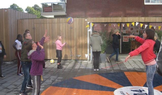 De leerlingen van school Bleyburgh mochten na de opening op het nieuwe schoolplein spelen
