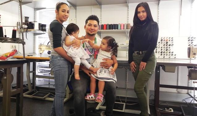 Mustafa met vrouw Eunice en dochters Angela en Jasmin. Zus Roya (r) helpt, als zij vrij is, ook in de winkel.