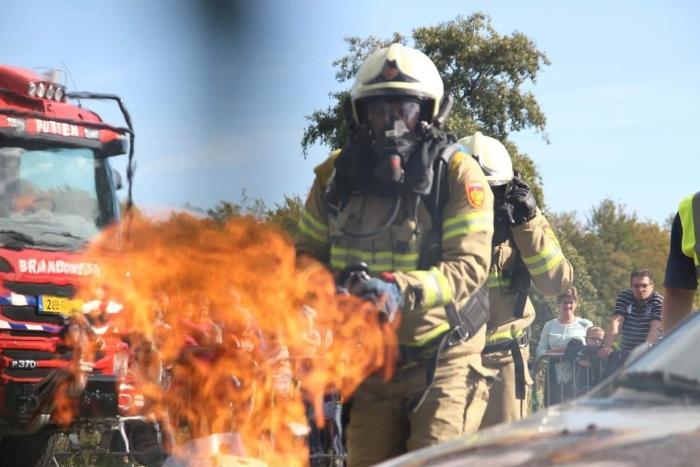 blussen van autobrand vwfoto © BDU media