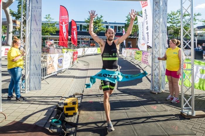 Marco Glastra komt als eerste over de finish bij de 4e wedstrijd in Klazienaveen