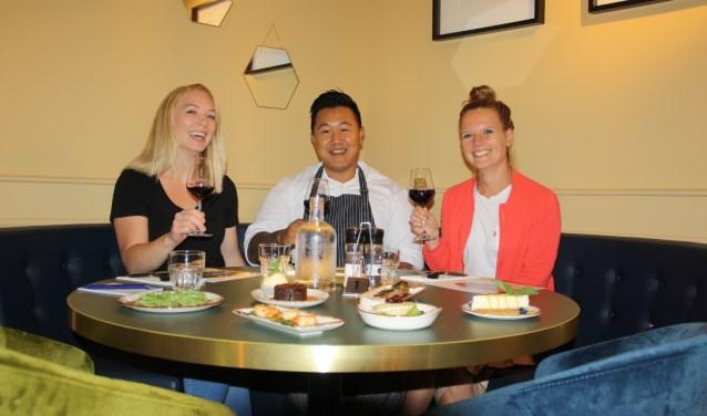 Chef Gobolee Rinin toost met Rachelle Ruisch (links) en Myrthe Schmeets