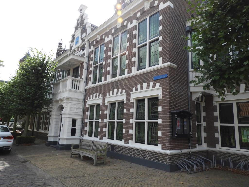 Het voormalig gemeentehuis in de Torenstraat uit 1907. Willem Moojen © BDU Media