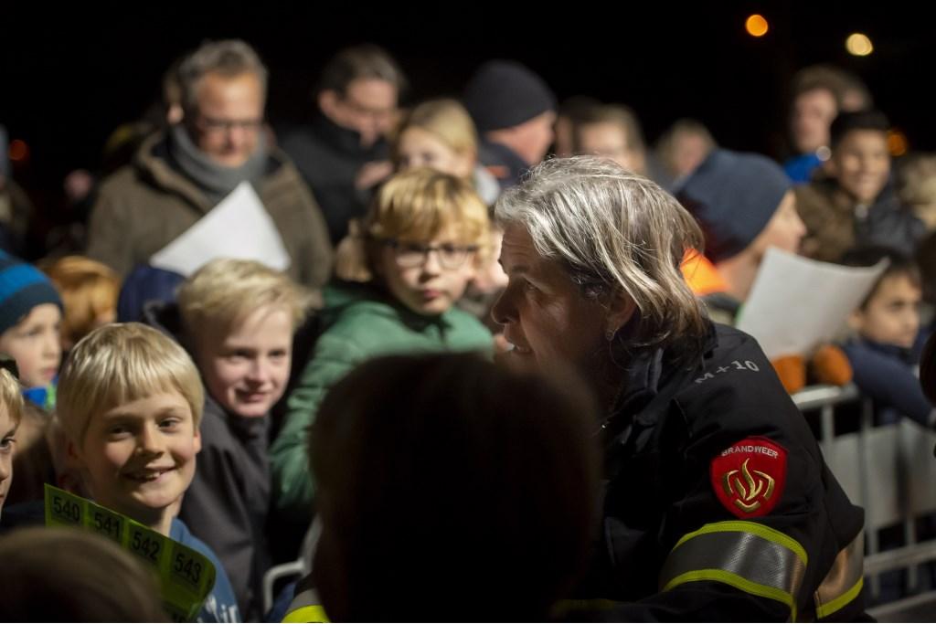 Burgemeester Nienhuis controleert de lootjes Ellen Toledo © BDU media