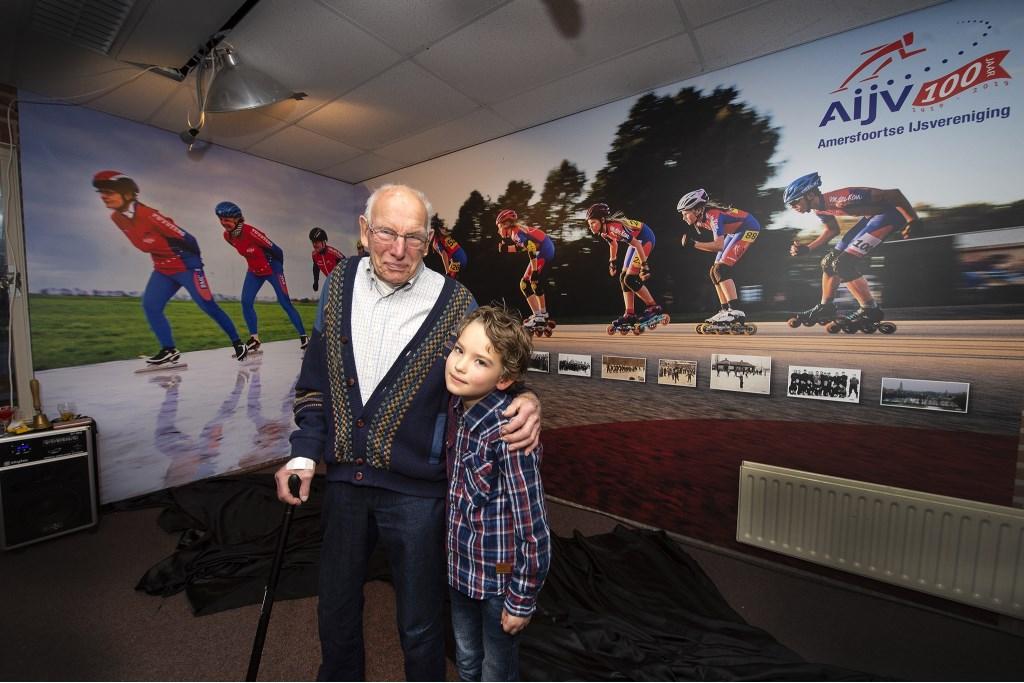 Het oudste lid (Wil Neger, 99 jaar) en het jongste (Mathieu Roelofs, 7 jaar) mochten de speciale wand onthullen.  Foto Rinus van Denderen © BDU media