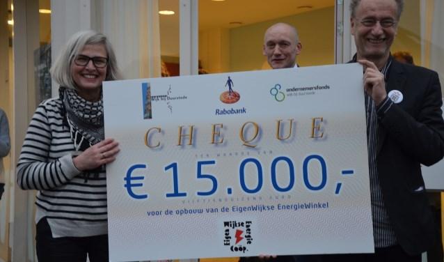 Sarida van der Meer en Henk Muis met de cheque