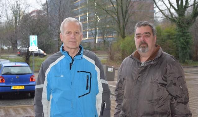 Wim Kok (links) en Marcel Boertien van de Huurdersbond Ede e.o. bij de flats aan de Nieuwe Maanderbuurtweg.