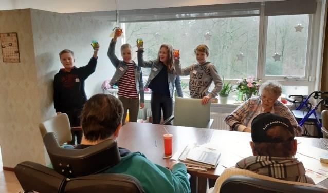 Kinderen van De Wijngaard heffen het glas op een succesvolle start op Woonzorgcentrum Het Zonnehuis.