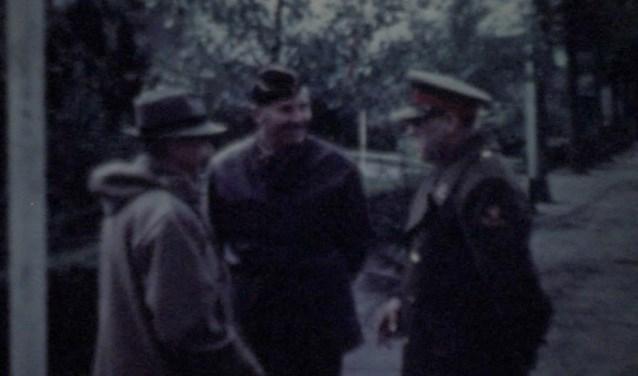 Unieke beelden uit een film van de het overleg in De Moespot over de voedseldropping in 1945.