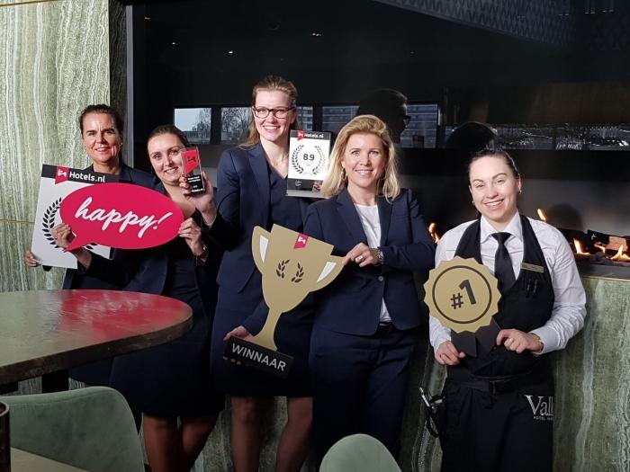 Medewerkers van Van der Valk Hotel Haarlem na de uitreiking van de award.