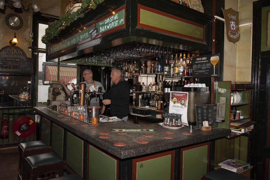 Kees Heger (l) en Rene Brouwer achter de bar van café de 1ste Aanleg Ellen Toledo © BDU media