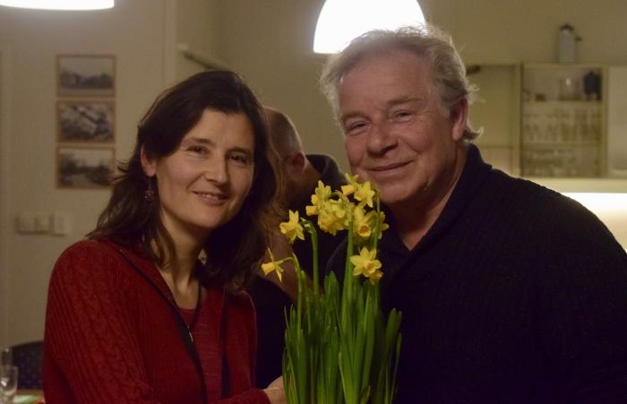Bestuurslid Cerian van Gestel feliciteert nieuwe voorzitter Rijk Roor met zijn nieuwe functie.