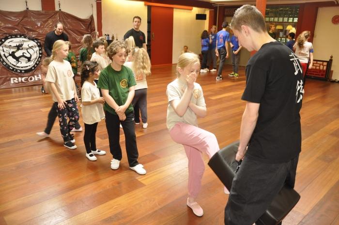 Kinderen in actie tijdens een les Wu Dae
