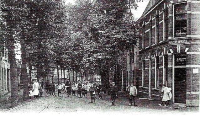 Rechts slijterij-café Pijst op de hoek van de Raadhuisstraat en Kerklaan.