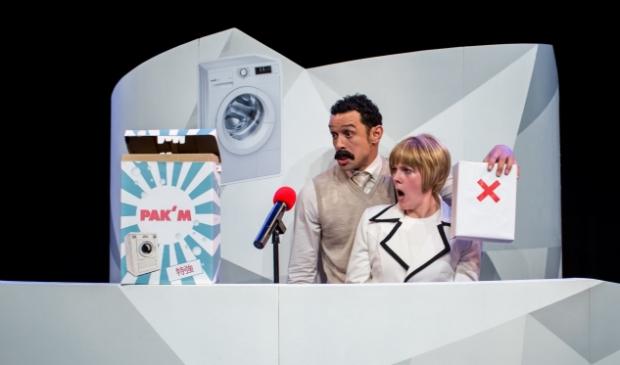 <p>Pak&#39;M: Presentatoren vechten in een tv-studio om aandacht en vooral de microfoon. </p>