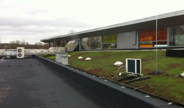 Op de verschillende daken van SCC De Binder is naar schatting plaats voor zo'n 500 zonnepanelen.