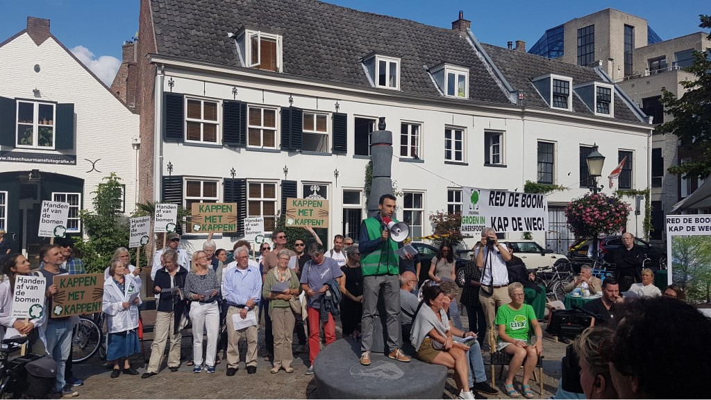 Tegenstanders van de bomenkap hielden 'een minuut stilte' op de Appelmarkt, september 2018.  soesterkwartier.info © BDU media