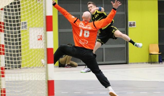 Tobias Marx springt met bal voor de keeper van Hellas en maakt het koelbloedig af.