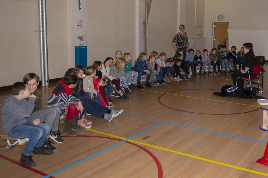 De kinderen luisteren ademloos naar Dominiek Ellen Toledo © BDU media