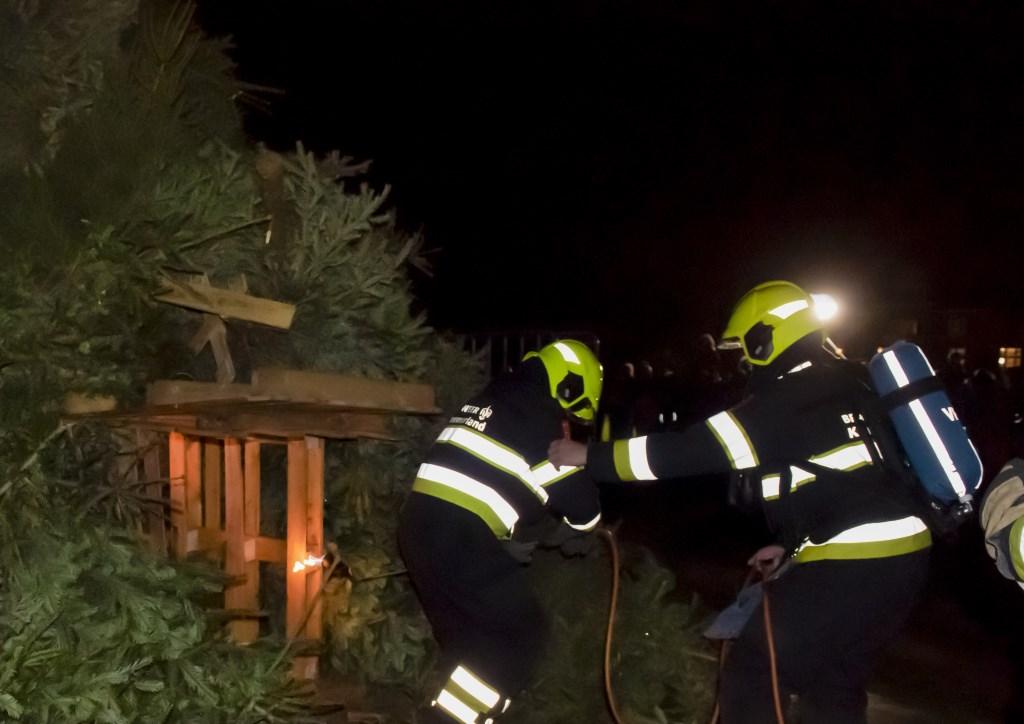 Burgemeester Nienhuis (l) steekt de brandstapel aan  Ellen Toledo © BDU media