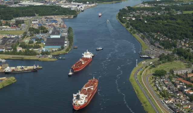 Twee tankers passeren elkaar op het Noordzeekanaal