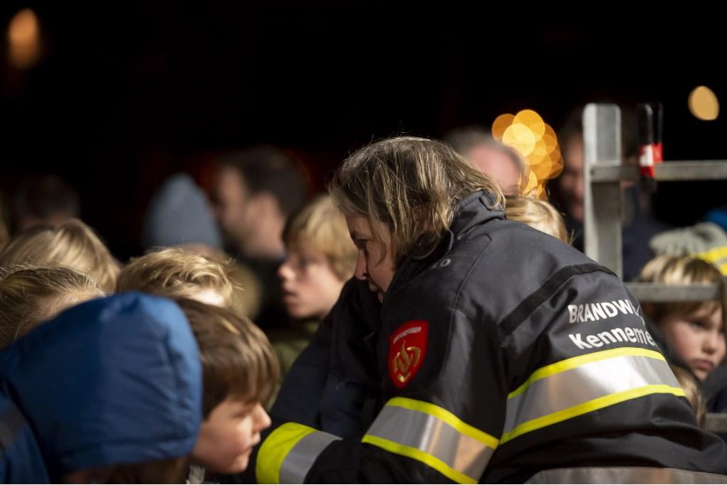Burgemeester Nienhuis in brandweerpak Ellen Toledo © BDU media
