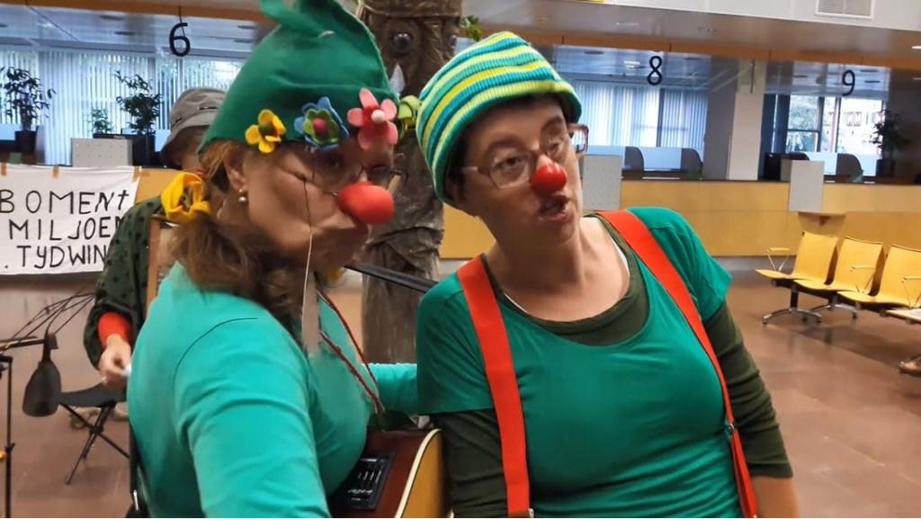 Tegenstanders demonstreerden met 'Greeny Clowns' in het stadhuis.  Jeroen de Valk © BDU media