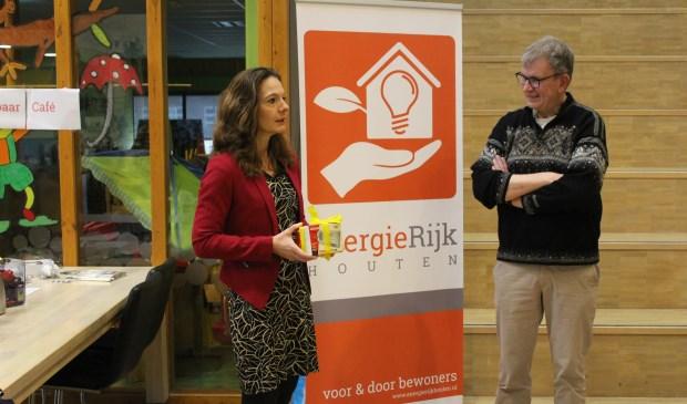 Bij de opening kreeg wethouder Hilde de Groot een 'slim metertje' van adviseur Bart Verhagen