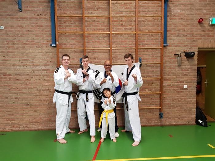 Foto boven : Rick Hensbroek (trainer) , Ties van den Wijngaard (trainer), Elin Marin,  Hoofdtrainer Sylvestro van der Kooye en Colin van Brakel (trainer).
