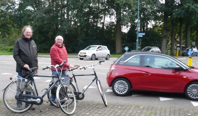 Frans Bokdam (links) en Ronald Polak bij het kruispunt Hamersveldseweg/Burgemeester van der Postlaan.