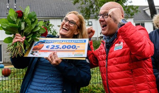 Winnaar Yvonne met de geldcheque; de auto volgt later.