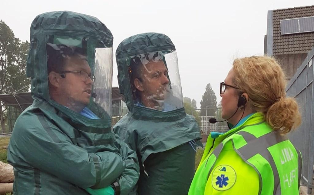 HART-teamleden in de speciale beschermende pakken. Links Willem Schutte. HART-Ambulance Team © BDU media